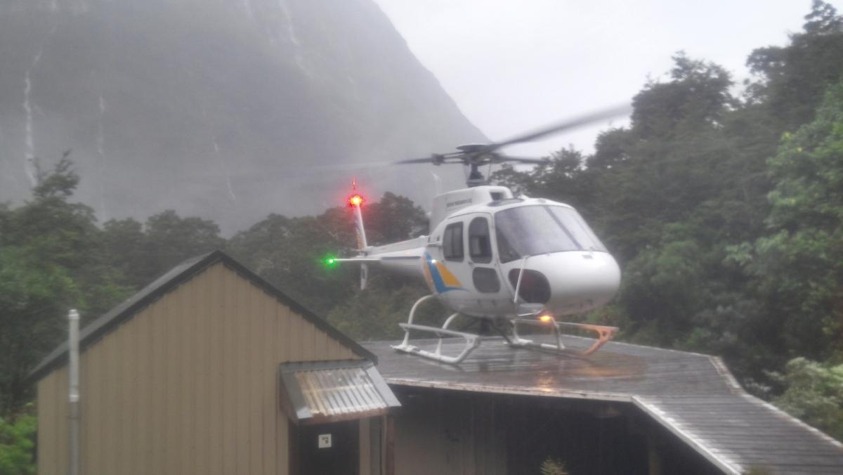 우리를 실어 나른 소형 헬리콥터