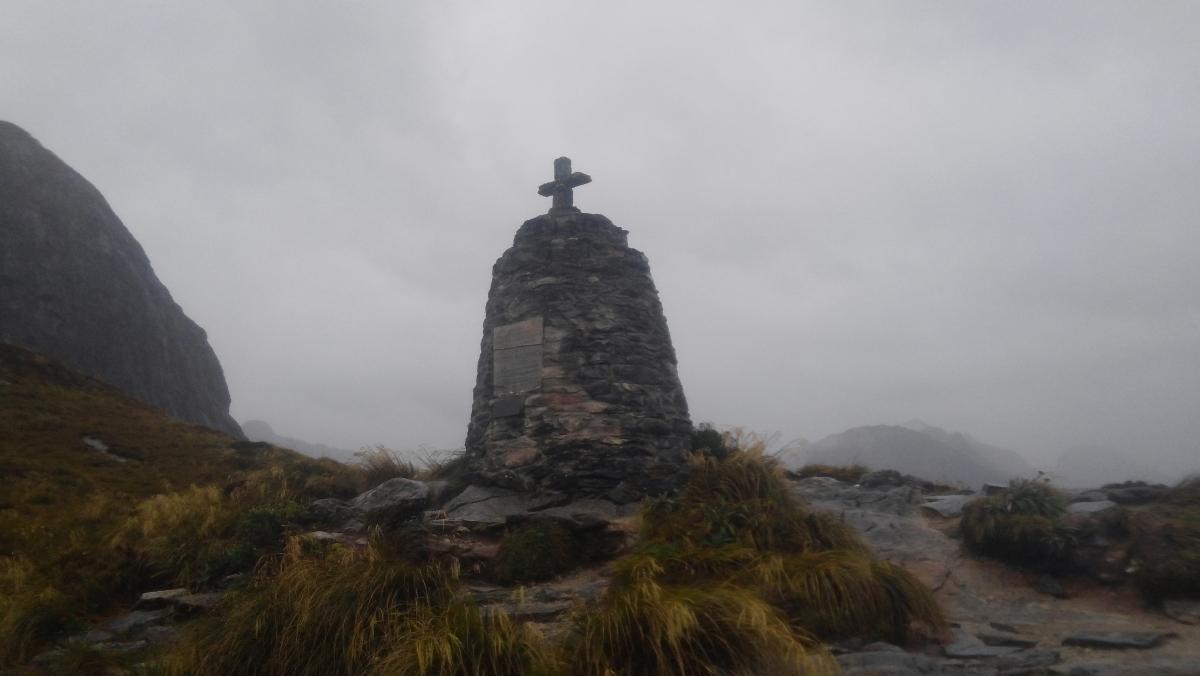 테 아나우에서 밀포드 사운드에 이르는 길을 발견한 맥키논과 미첼의 업적을 기념하기 위해 1988년 세운 기념비