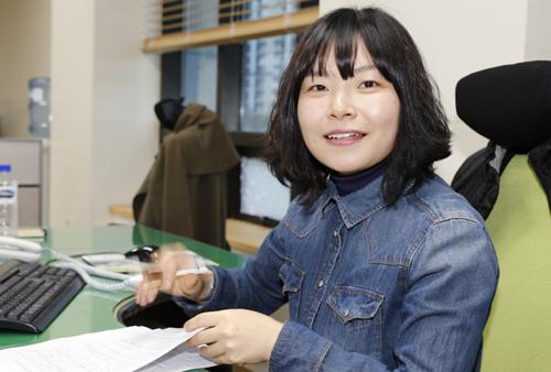 광양 희망일자리센터 직업상담사 이혜진 씨. 이 씨는 인력을 구하는 업체와 일자리를 찾는 사람 사이를 연결해주는 일을 하고 있다.