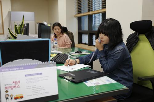 이혜진 직업상담사가 사무실에서 구직자와 전화 상담을 하고 있다. 지난 8일 오후다.