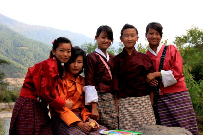 전통복을 입은 부탄의 여자아이들  영어가 공용어여서 영어로 의사소통이 가능하다