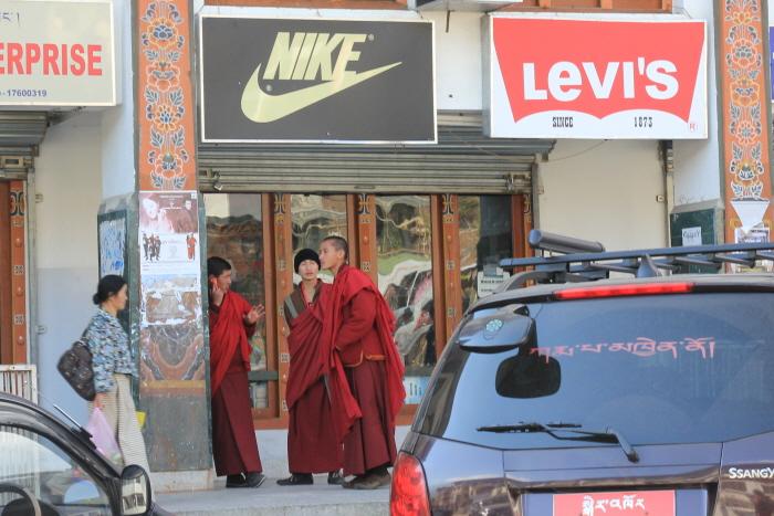 팀푸 시내  나이키와 리바이스 매장앞을 승려들이 지나고 있다