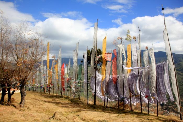 기도깃발 룽타 룽타는 '바람의 말'이라는 뜻이다. 기도가 바람을 타고 세상에 전해지는 염원이 담긴 깃발이다.