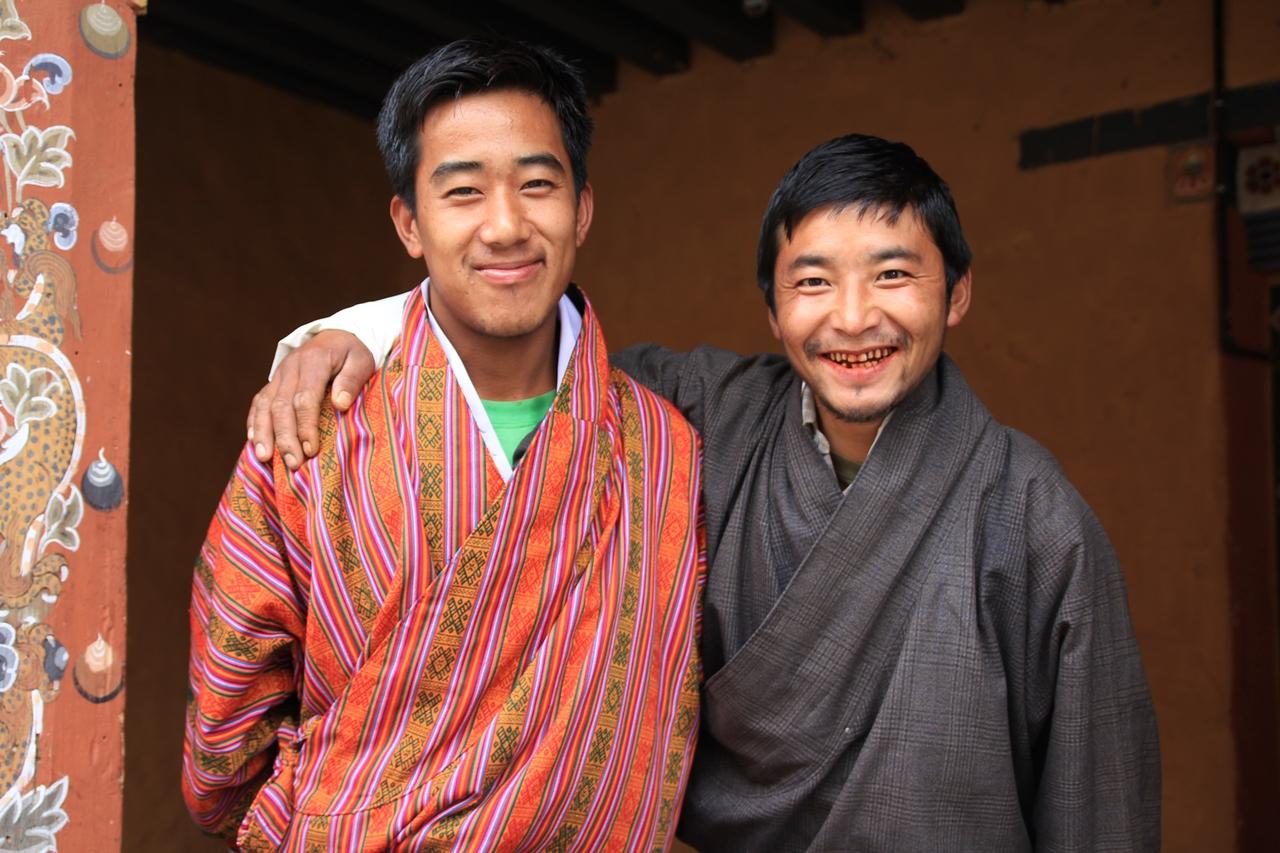 """부탄의 공무원들  1774년 조지 보글은 부탄인에 대해 이렇게 평했다. """"이들은 내가 본 사람들 중 가장 뛰어난 외모를 지닌 인종이다."""""""