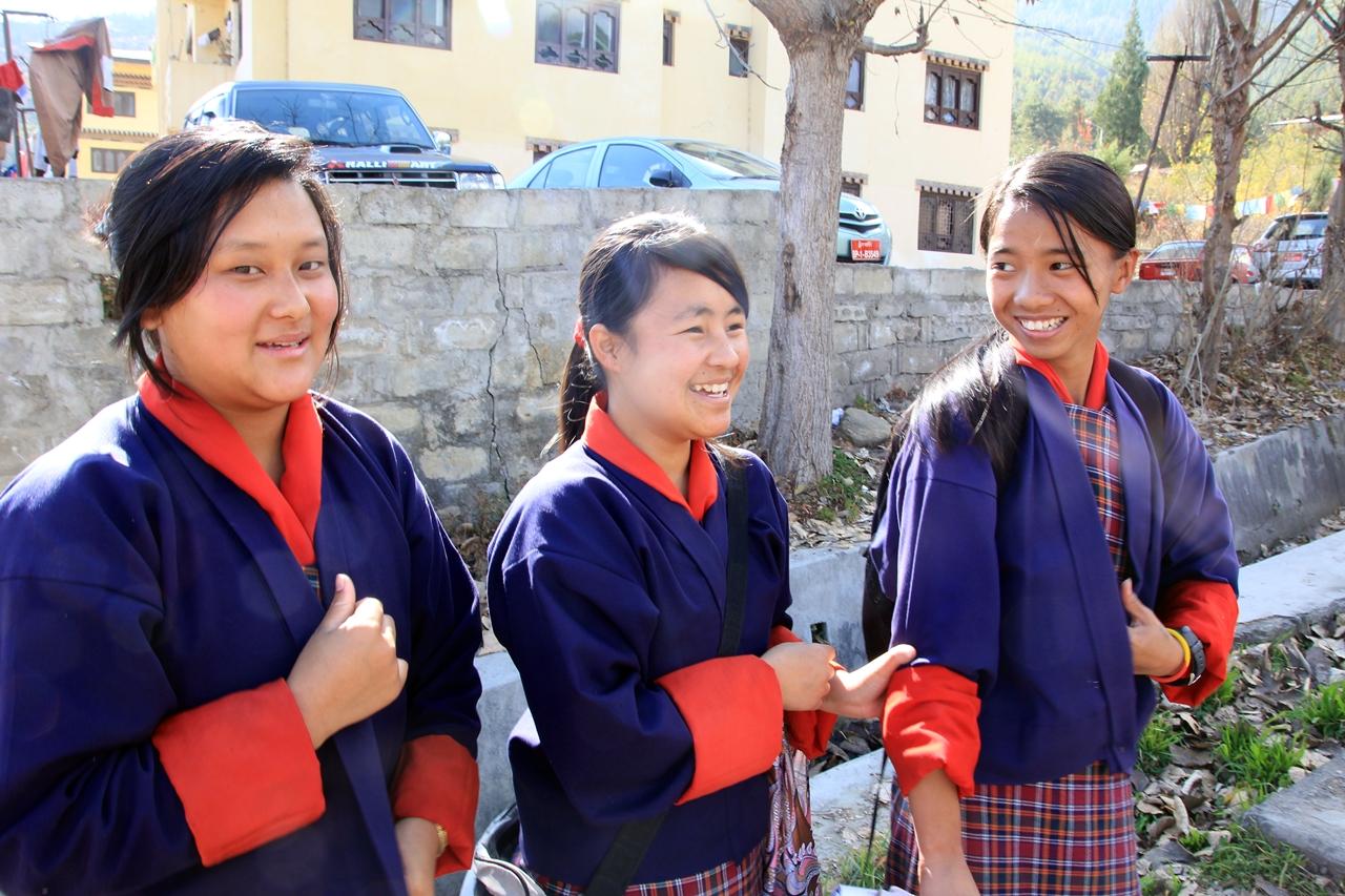 교복을 입고 웃고 있는 학생들 부탄사람들은 늘 낯선이에게 경계보다 웃음으로 다가왔다
