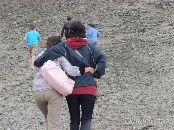 백두산 등정 당시 내 허리를 감싸고 밀어주던 설향이(왼쪽).
