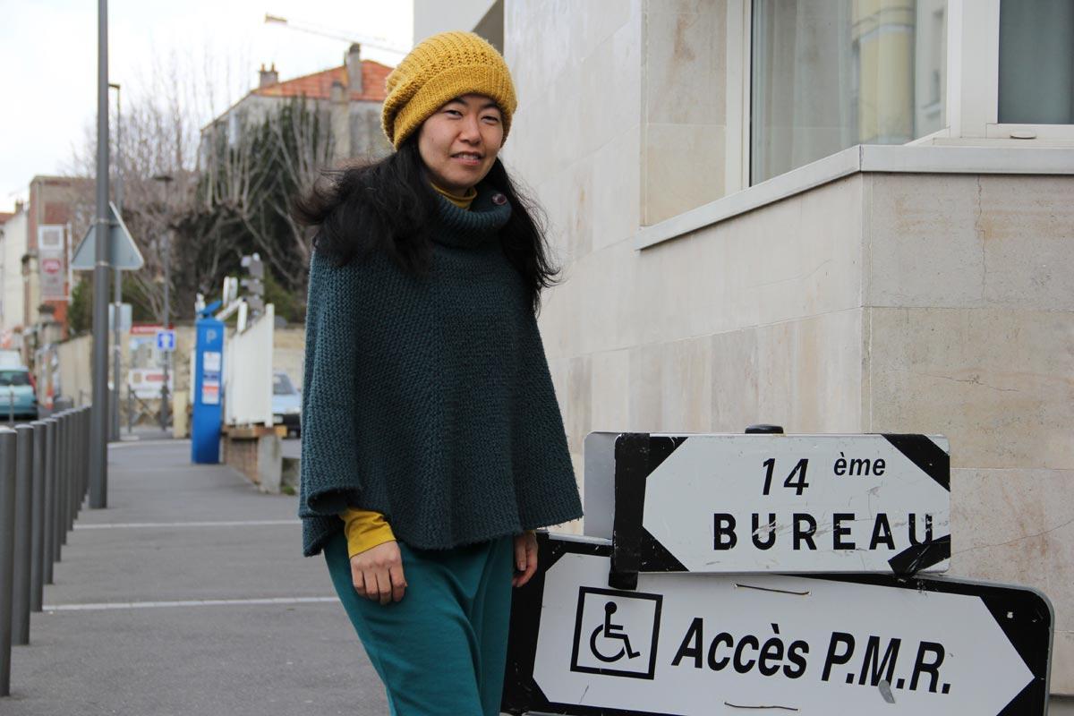 투표소 가는 길 집에서 걸어서 1분 거리에 있는 투표소에 가고 있다. PMR란 les personnes a mobilite reduite, 즉 지체장애인을 말한다. 대중을 위한 시설은 지체장애인에게도 접근가능해야 한다고 프랑스 법이 정하고 있다. 그렇지 못한 시설인 경우, 지체장애인이 접근가능하도록 경사로나 승강기 등 제한된 기간 내에 공사를 해야한다.