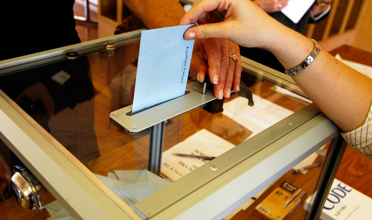 프랑스의 투표함 프랑스의 투표함은 투명해서 속이 다 들여다보이고, 투표봉투만 겨우 들어갈 수 있을 정도로 틈이 매우 작다. 그 또한 레버를 당겨야 열린다. 레버를 놓으면 틈이 닫히고 레버 옆에 숫자가 하나 올라간다. 당일 저녁에 개표가 끝날 때까지 이 투표함은 절대로 있던 자리를 뜰 수 없다.