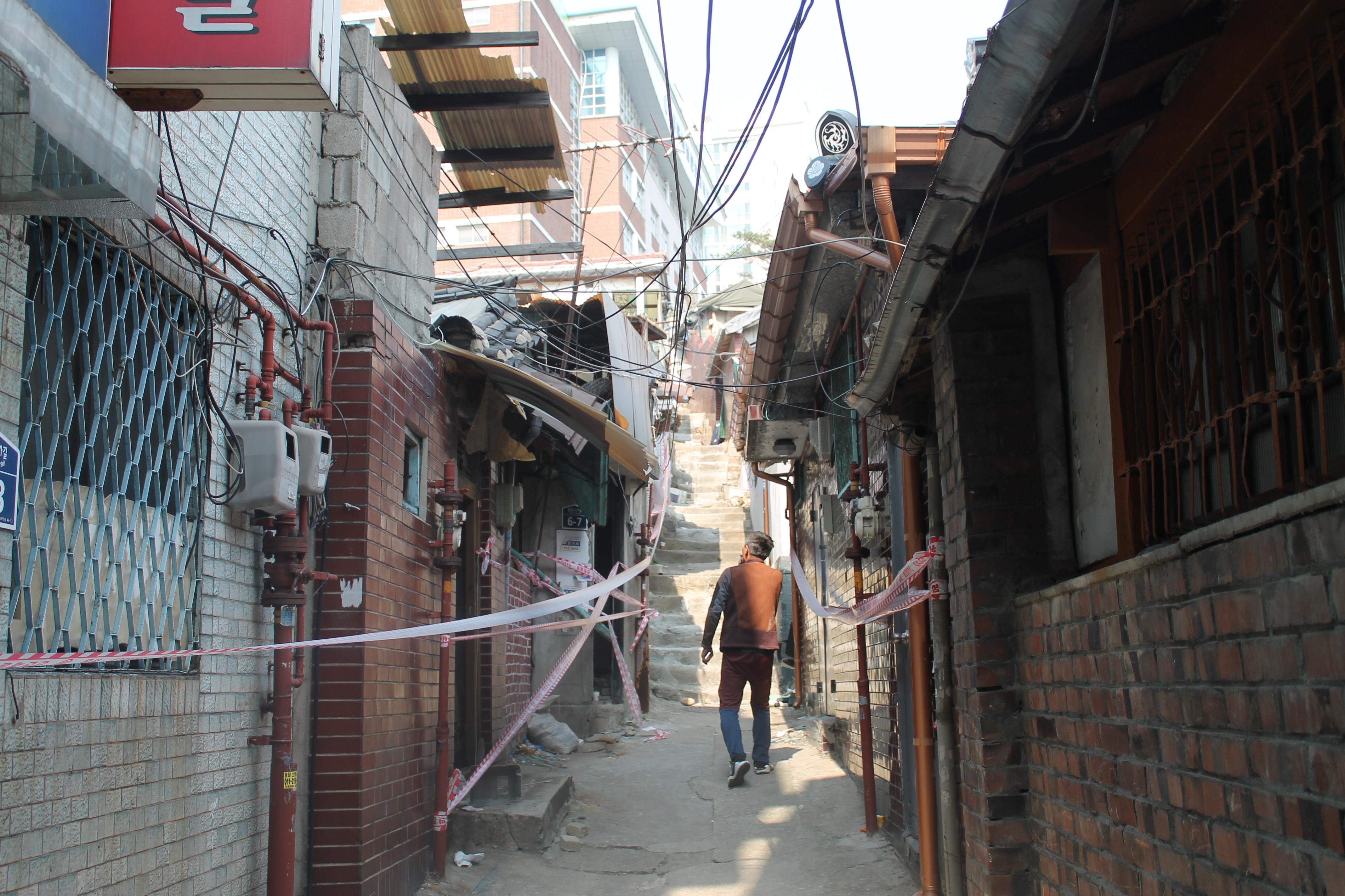 철거작업이 중단된 옥바라지골목. 서울시는 이 골목을 없애지 않고 보존할 방안을 모색하고 있다.