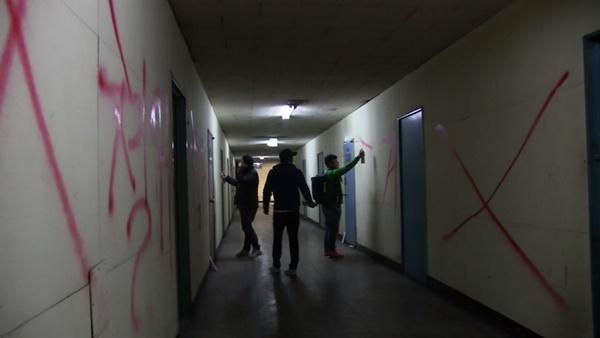 건물 내벽에도 래커 칠을 하고 있다. (사진 : 칼라TV)