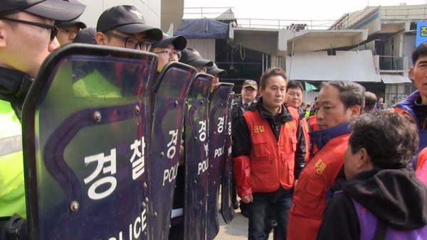 새 건물 입구를 막아선 경찰들. (사진 : 칼라TV)