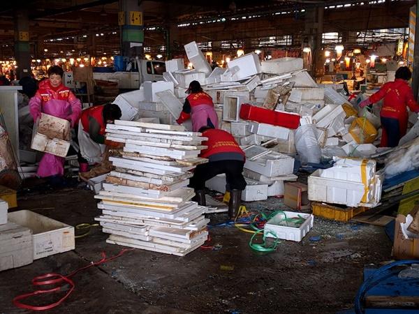 쓰레기를 치우는 수산시장 상인들. (사진 : 노량진수산시장 현대화비상대책총연합회)