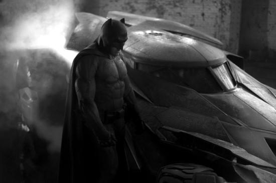 영화 <배트맨 대 슈퍼맨: 저스티스의 시작>은 다음 편인 <저스티스 리그>의 전초전의 의미를 강조하고 있다.