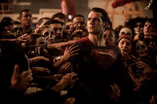 영화는 슈퍼맨, 배트맨이라는 양대 영웅이 바라보는 '정의'의 각기 다른 모습과 갈등을 그린다.