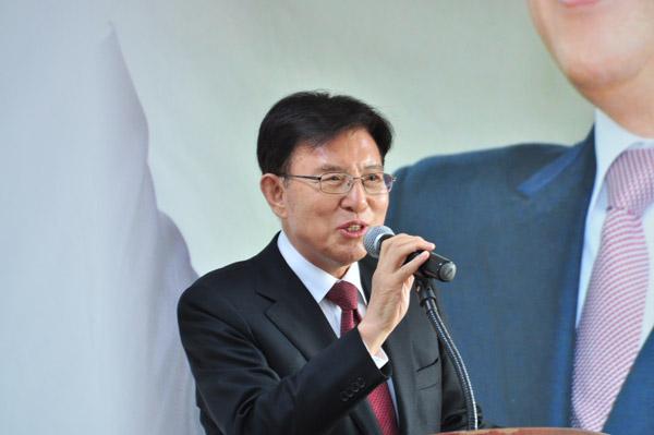 개소식에 참석해 인사말을 전하고 있는 김덕룡 전 한나라당 원내대표