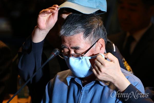 416세월호참사 특조위 제2차 청문회가 열리는 28일 오전 서울시청 다목적홀에서 이석태 세월호특조위 위원장의 지시로 교도관들이 이준석 선장의 모자와 마스크를 벗기고 있다.