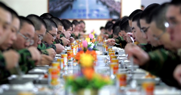 지난 2005년 충남 논산시 육군훈련소에서 훈련병들이 식사하는 모습.