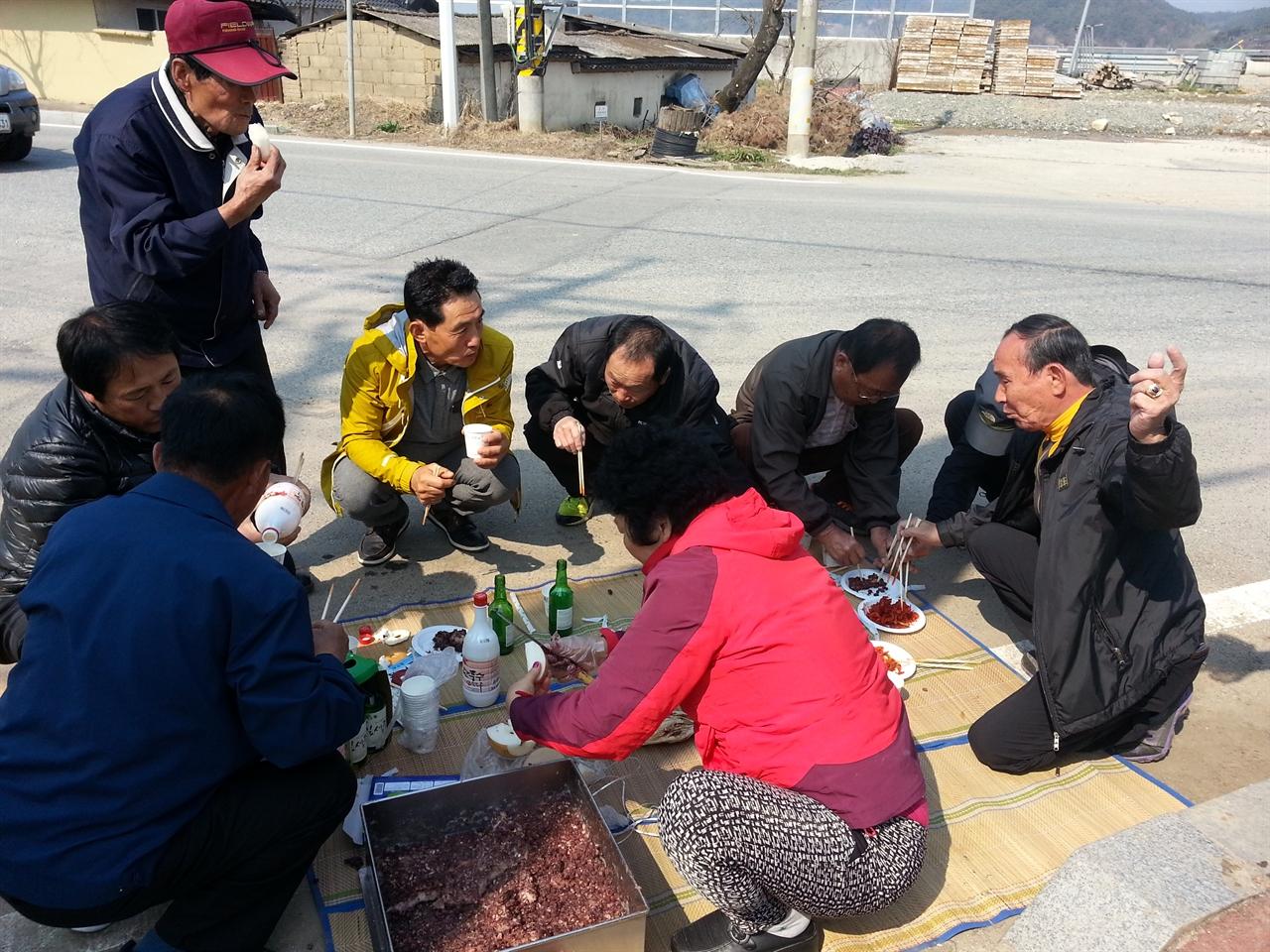 나눔 구산동 주민들이 덕담을 주고 받으며 음식을 나누고 있다.