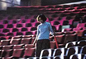 <안녕, 용문객잔>의 한장면. 다리를 저는 매표소 직원으로 출연한 대만 배우 첸샹치의 모습이다.