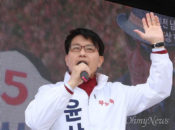 '막말 파문'으로 새누리당 공천을 받지 못한 윤상현 의원이 탈당 후 무소속 후보로 나서, 20대 총선 공식 선거운동 첫날인 31일 인천 남구 학익사거리에서 거리유세를 펼치고 있다.