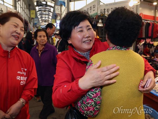 20대 총선에서 인천 남구을에 출마한 김정심 새누리당 후보가 31일 용현시장을 방문해 지역 주민들에게 지지를 당부하고 있다.