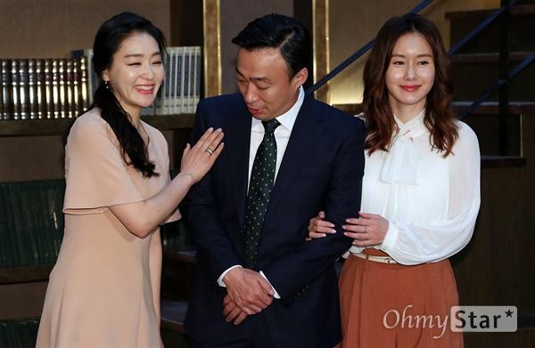 이성민, 박진희-김지수 사이에서 행복만땅 1일 오후 일산 CJ E&M스튜디오에서 열린 tvN 10주년 특별기획 금토드라마 <기억> 현장 기자간담회에서 배우 박진희, 이성민, 김지수가 서가를 배경으로 포즈를 취하고 있다.  <기억>은 알츠하이머 선고를 받은 로펌 변호사 박태석(이성민 분)이 남은 인생을 걸고 펼치는 마지막 변론기로 삶의 가치와 가족애를 그린 16부작 드라마다.
