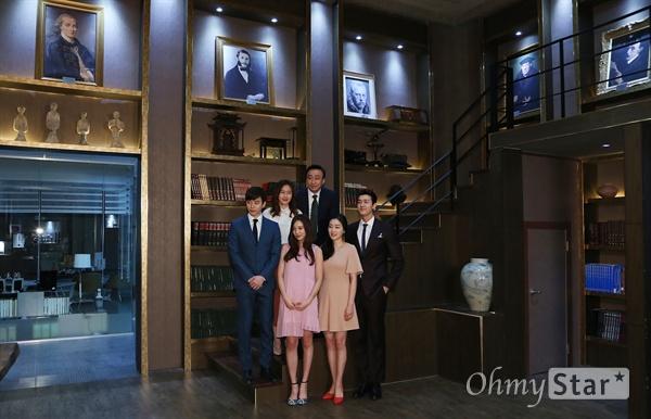 '기억'에 남을 포토타임! 배우 이성민, 박진희, 김지수, 이준호, 윤소희, 이기우가 1일 오후 일산 CJ E&M스튜디오에서 열린 tvN 10주년 특별기획 금토드라마 <기억> 현장 기자간담회에서 서가를 배경으로 포즈를 취하고 있다. <기억>은 알츠하이머 선고를 받은 로펌 변호사 박태석(이성민 분)이 남은 인생을 걸고 펼치는 마지막 변론기로 삶의 가치와 가족애를 그린 16부작 드라마다.