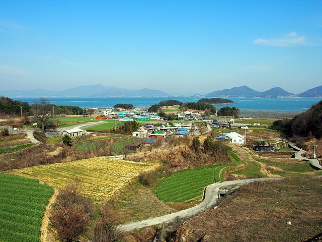 남해 3.1운동 발상 기념비가 있는 고갯마루 아래에 있는 문항마을로 남해에서 박사가 가장 많이 탄생한 마을이다