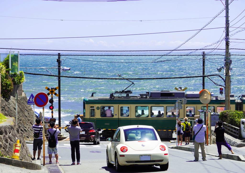 가마쿠라코코마에 에노덴과 바다. 에노덴 사진을 찍기 위해 기다리고 있는 관광객들.