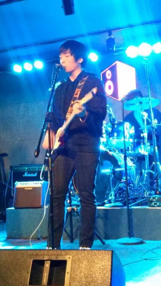 레드모닝 기타&보컬 윤용 지난 록페스티벌 <익스트림룰스>에서 레드모닝 보컬 윤용이 라이브를 선보이고 있다.