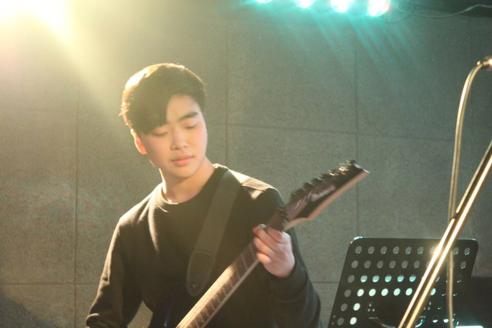 기타리스트 영웅 레드모닝 기타리스트 영웅이 <익스트림룰스>에서 라이브를 선보이고 있다.