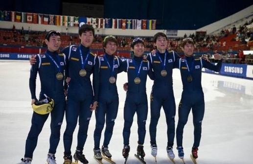 '노진규는 수많은 메달을 목에 걸었다. 생전 마지막 대회였던 제26회 트렌티노 동계유니버시아드 대회에서도 그는 2관왕에 올랐다. 사진은 2012년 제2차 월드컵대회 계주 부문 금메달을 차지한 직후의 모습.