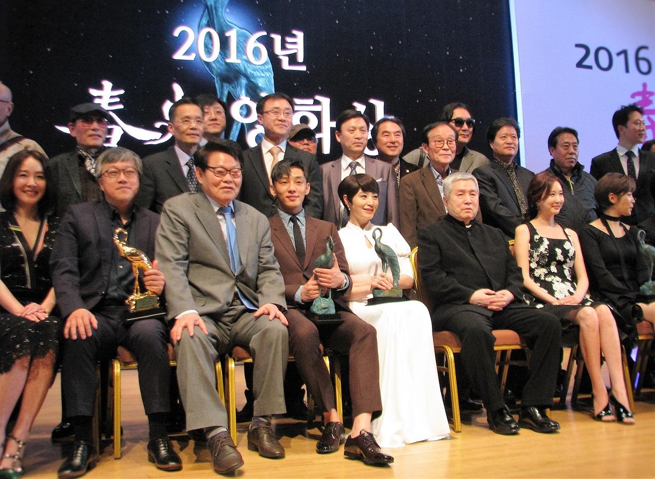 2016 춘사영화상 시상식 후 한자리에 모인 수상자들.