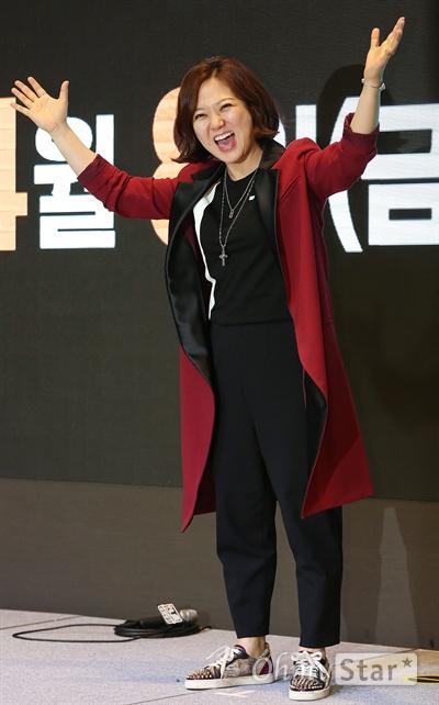 김숙, 여자 예능 파이팅! 개그우먼 김숙이 6일 오후 서울 여의도의 한 호텔에서 열린 KBS 예능프로그램 <언니들의 슬램덩크> 제작발표회에서 포토타임을 갖고 있다.  <언니들의 슬램덩크>는 어린 시절에 데뷔했거나 무명 시절을 거치며 못 다 이룬 꿈을 가진 6명의 여자 연예인들이 꿈에 투자하는 계모임 '꿈 계'의 멤버가 되어 동반자이자 조력자로서 함께 진정한 꿈에 도전하는 프로그램이다. 8일 오후 11시 첫 방송.