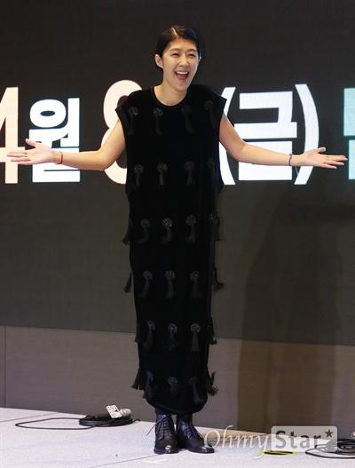 홍진경, 나는 호감형 방송인! 방송인 홍진경이 6일 오후 서울 여의도의 한 호텔에서 열린 KBS 예능프로그램 <언니들의 슬램덩크> 제작발표회에서 포토타임을 갖고 있다. <언니들의 슬램덩크>는 어린 시절에 데뷔했거나 무명 시절을 거치며 못 다 이룬 꿈을 가진 6명의 여자 연예인들이 꿈에 투자하는 계모임 '꿈 계'의 멤버가 되어 동반자이자 조력자로서 함께 진정한 꿈에 도전하는 프로그램이다. 8일 오후 11시 첫 방송.