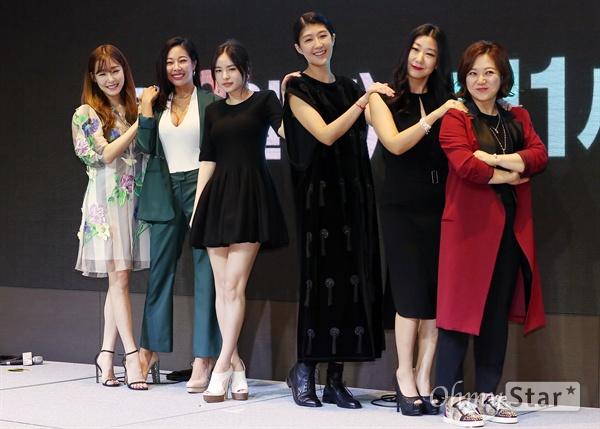 '언니들의 슬램덩크', 꿈 계로 뭉친 걸크러쉬 언니들 6일 오후 서울 여의도의 한 호텔에서 열린 KBS 예능프로그램 <언니들의 슬램덩크> 제작발표회에서 포토타임을 갖고 있다. <언니들의 슬램덩크>는 어린 시절에 데뷔했거나 무명 시절을 거치며 못 다 이룬 꿈을 가진 6명의 여자 연예인들이 꿈에 투자하는 계모임 '꿈 계'의 멤버가 되어 동반자이자 조력자로서 함께 진정한 꿈에 도전하는 프로그램이다. 8일 오후 11시 첫 방송.
