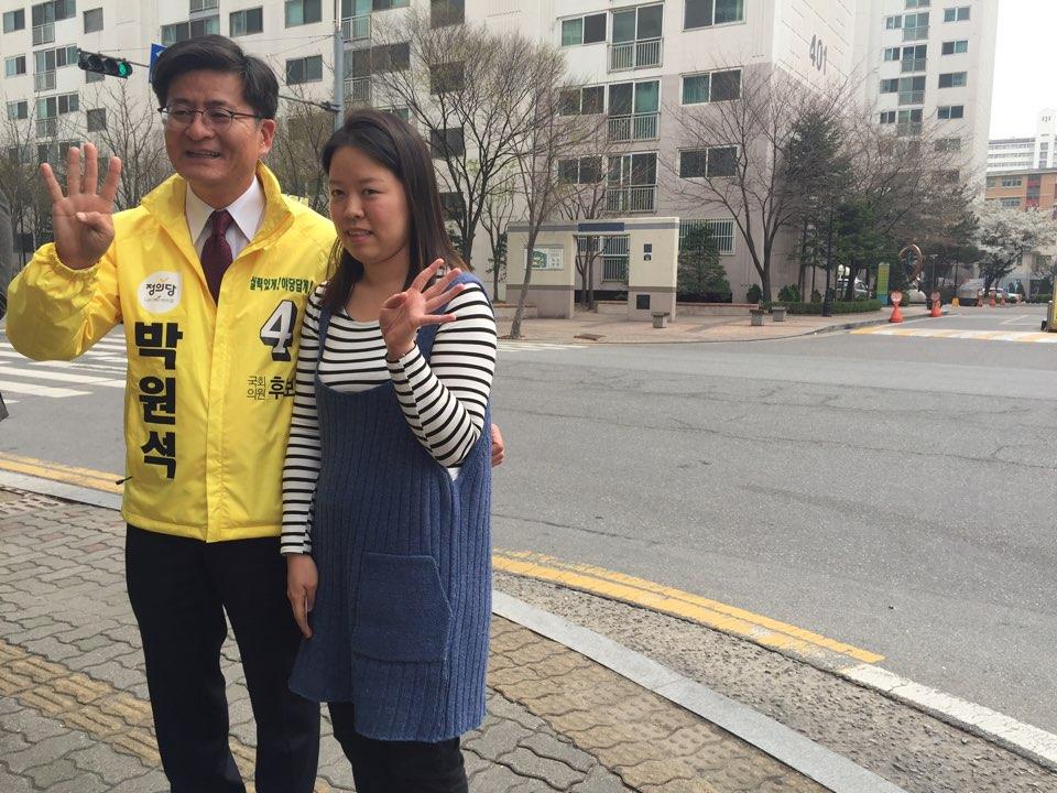 """박원석 정의당 수원시정 후보가 주민과 함께 사진 촬영을 하고 있다. 이날 박 후보는 """"우리가 정치를 멀리하면 가장 저열한 자의 지배를 받게 된다""""며 투표를 독려했다."""