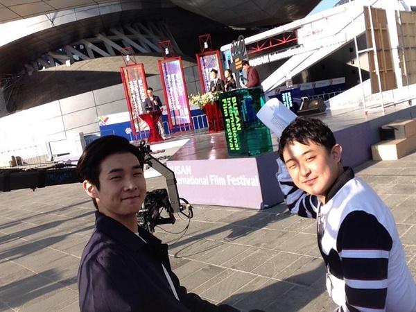 부산 해운대 영화의 전당 앞에서 배우 최우식(좌)과 함께.