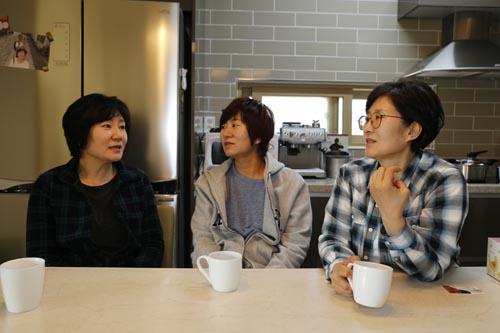 조경숙 씨 집에 모인 세 자매. 차를 마시며 앞으로의 계획에 대해 이야기를 나누고 있다.