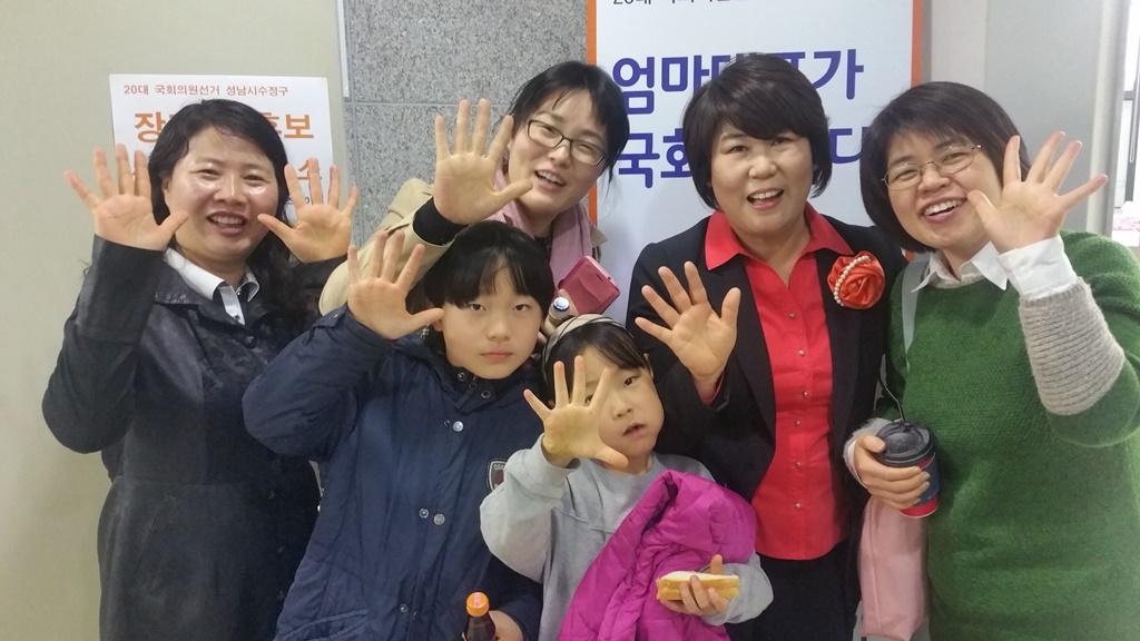 엄마당은 아이를 가진 엄마들이 대부분이다. 한국정당사에서 처음 있는 연합당인 민중연합당내 엄마당, 흙수저당, 농민당, 노동당이 있다.