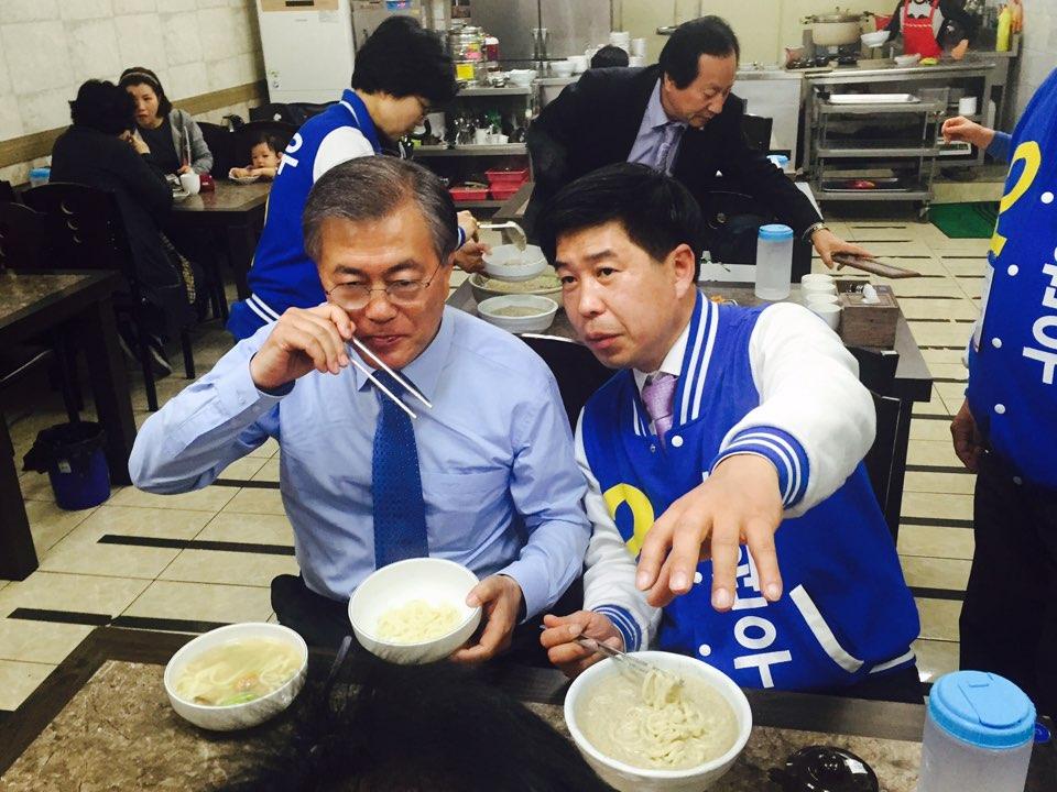 경기 시흥시 신천동 삼미시장에 있는 한 식당에서 문재인 전 대표와 백원우 후보가 점심을 먹고 있다. 이날 문 전 대표는 식사하면서도 유권자들과 손을 맞잡고, 사진을 찍는 등 후보 지원에 열중이었다.