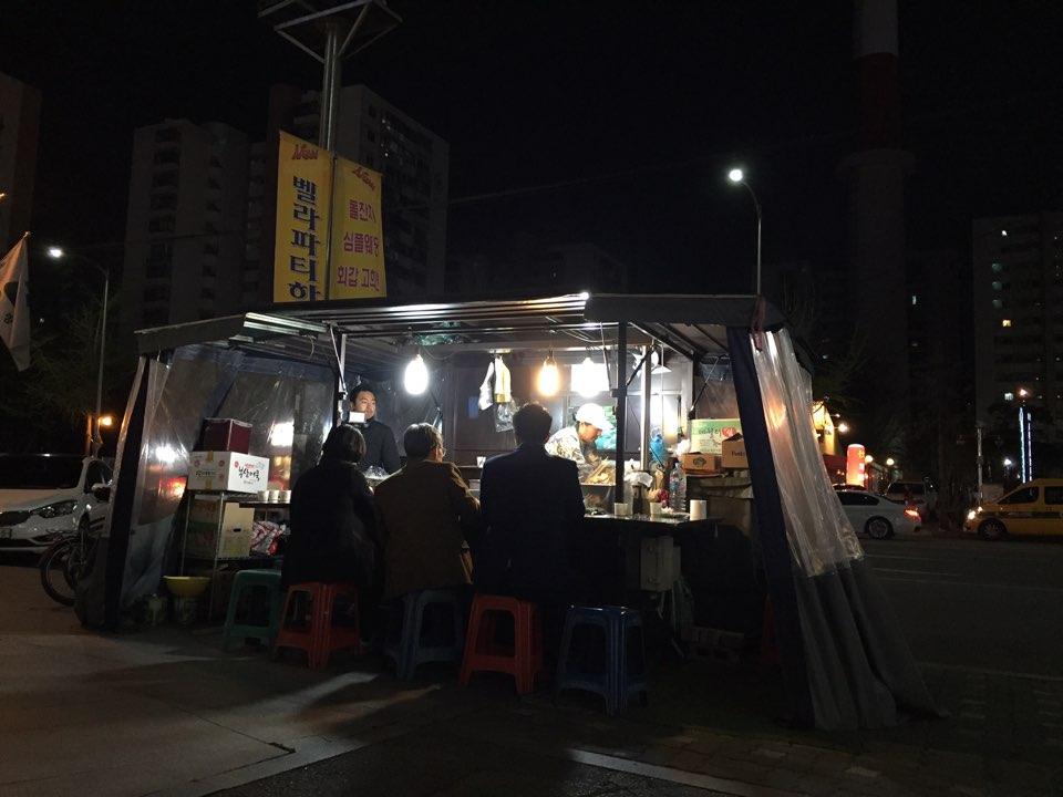 이날 '팟짱' 총선 생중계팀은 안철수 후보 연설을 기다리다 '먹방'을 진행하기도 했다. 상계동 문화의거리 인근에 있는 분식집에서 오연호 오마이뉴스 대표기자, 장윤선 정치선임기자, 박정호 기자가 식사를 하고 있다.