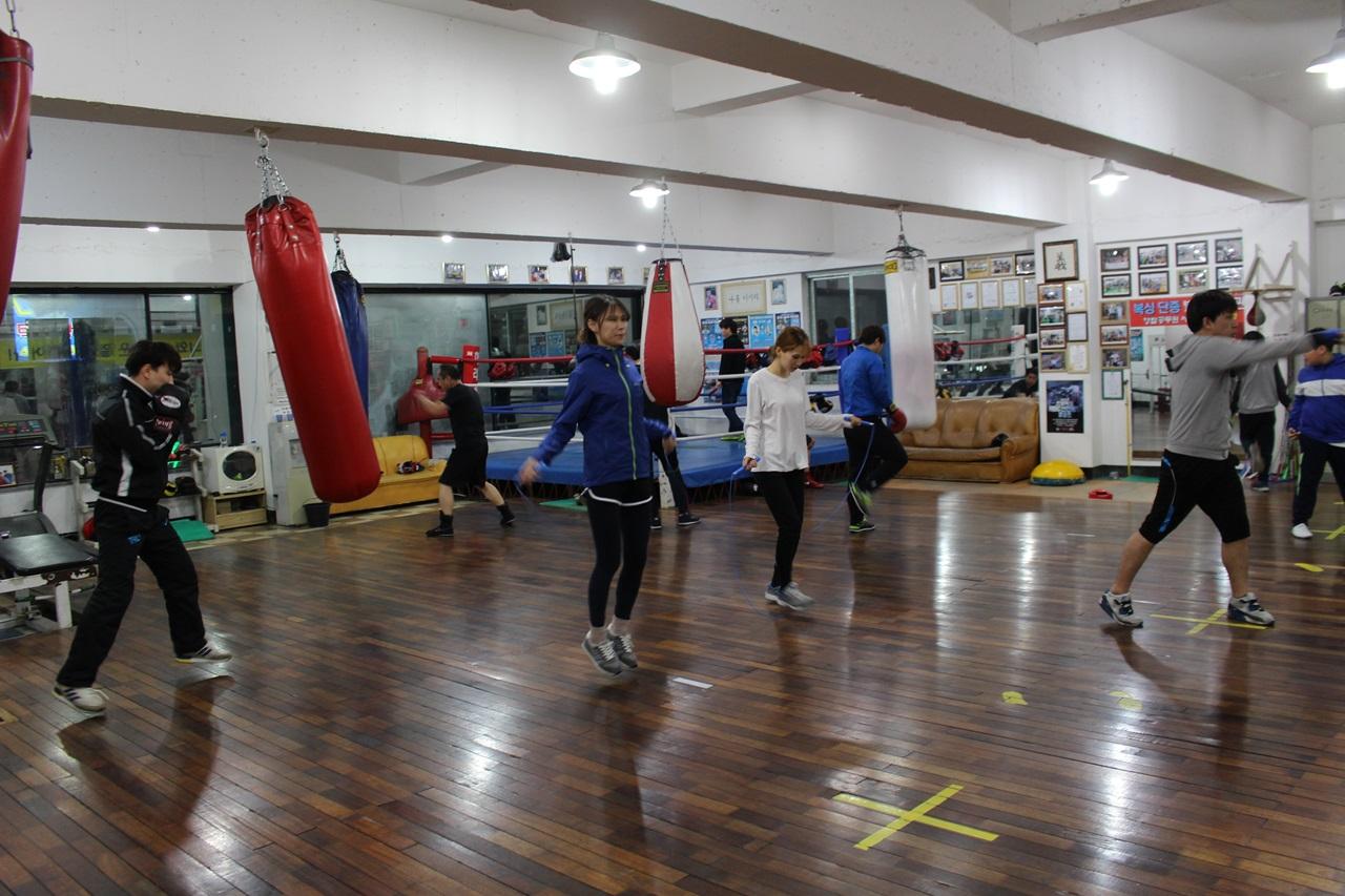 열심히 운동중인 관원들의 모습 저녁 시간대에는 일 마치고 운동하러 오는 직장인들과 초중고 학생들로 체육관이 붐빈다.