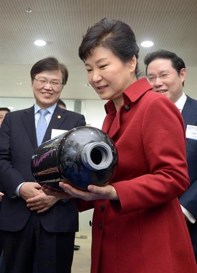 박근혜 대통령이 8일 오후 전북 전주시 완산구 전북 창조경제혁신센터를 방문해 일진복합소재 윤영길 임원으로부터 CNG저장용 복합재료 고압용기에 대한 설명을 들은 뒤 용기를 들어보고 있다.