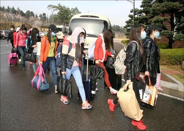 통일부는 북한 해외식당 종업원 13명이 집단 탈북해 지난 7일 입국했다고 밝혔다.