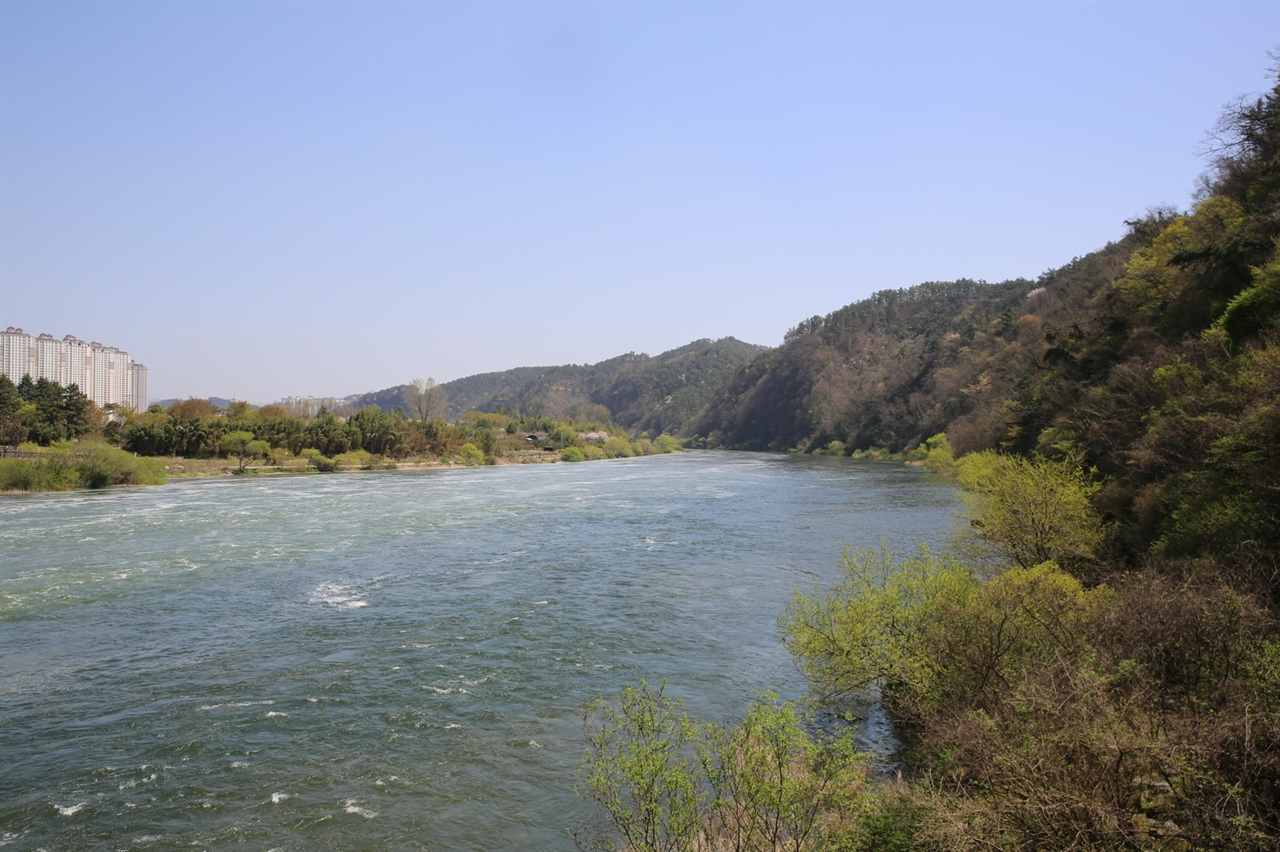 유유히 흐르는 물 흘러가는 세월