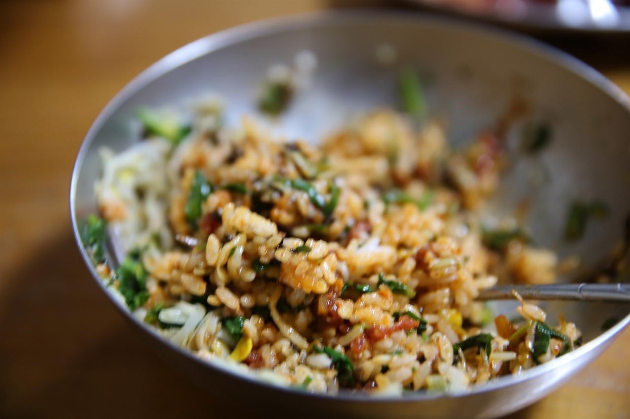 비벼진 비빔밥 잘 비벼야 맛있어요.
