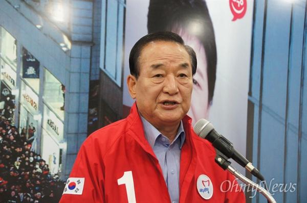 서청원 새누리당 공동선대위원장이 8일 오전 대구시당을 찾아 기자회견을 하고 있다.