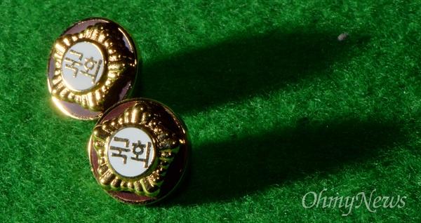 20대 국회의원 배지 공개 4.13 총선을 이틀 앞두고 11일 국회에서 제20대 국회의원들에게 지급할 배지가 공개되고 있다.