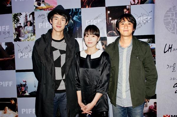 2010년 부산국제영화제 당시 <혜화,동> 상영 직후 배우들과. 유연석, 유다인(왼쪽부터), 그리고 민용근 감독.